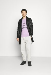 YAVI ARCHIE - SEE THE UNSEEN - Print T-shirt - lavender - 1