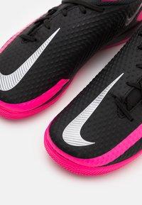 Nike Performance - JR PHANTOM GT ACADEMY IC UNISEX - Halové fotbalové kopačky - black/metallic silver/pink blast - 5