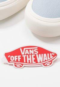 Vans - AUTHENTIC - Sneakersy niskie - celestial blue/marshmallow - 5
