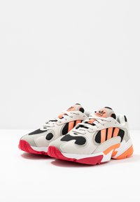 adidas Originals - YUNG 1 - Baskets basses - core black/semi coral/raw white