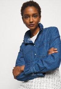 Claudie Pierlot - COQUILLAGE - Košile - jean - 3