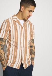 REVOLUTION - SHORT SLEEVED CUBAN SHIRT - Shirt - brown - 3