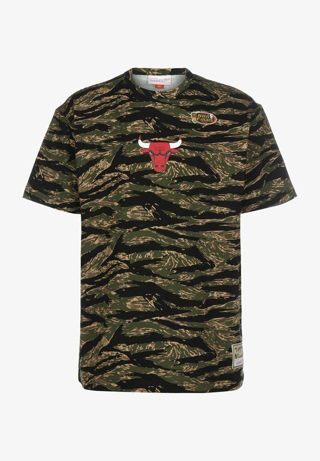 TIGER CHICAGO BULLS - Print T-shirt - camo