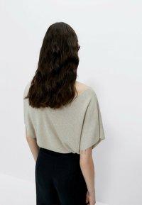 Uterqüe - MIT V-AUSSCHNITT  - Basic T-shirt - beige - 1