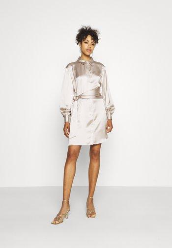 FRONT KNOT SATIN SHIRT DRESS - Vestido camisero - beige