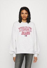 Tommy Jeans - COLLEGIATE LOGO CREW - Sweatshirt - silver grey - 0