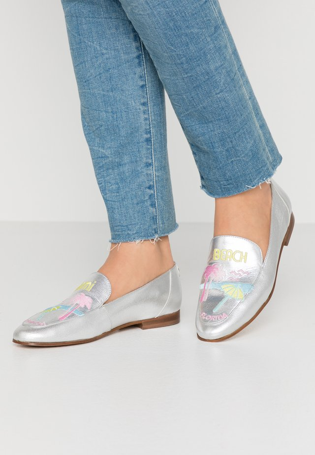 VIAMI - Loafers - argent