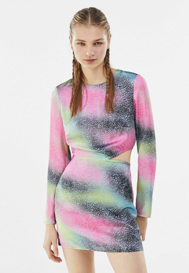MIT PRINT UND CUT-OUTS  - Robe en jersey - neon pink