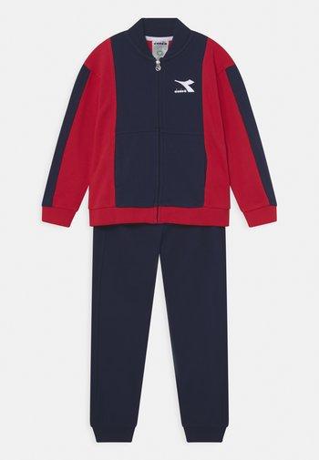 HOOPLA SET UNISEX - Trainingsanzug - tango red
