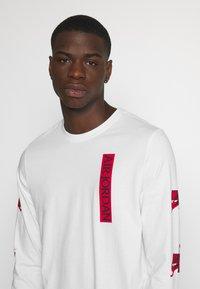 Jordan - CLASSICS CREW - Top sdlouhým rukávem - white/gym red - 3