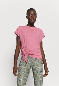 Nike Performance - DRY TIE - Print T-shirt - desert berry/red bronze - 0