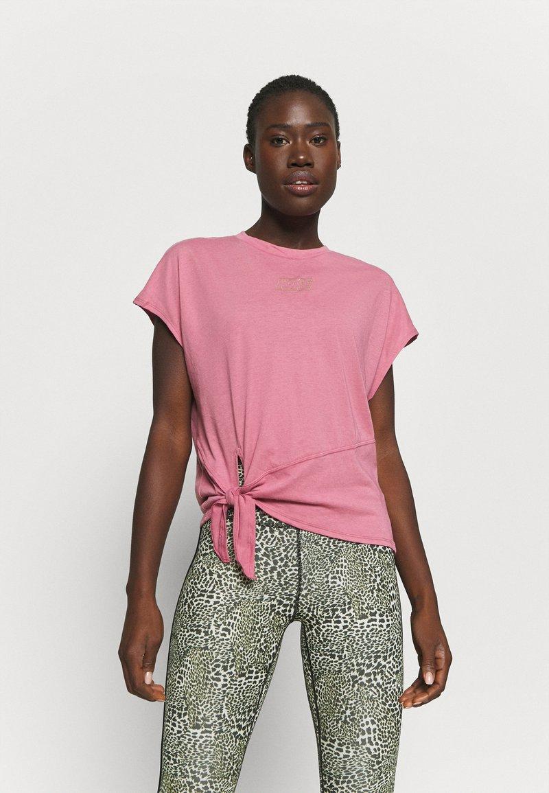 Nike Performance - DRY TIE - Print T-shirt - desert berry/red bronze
