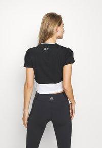 Reebok - LINEAR LOGO CROP TEE - T-shirt print - black - 2