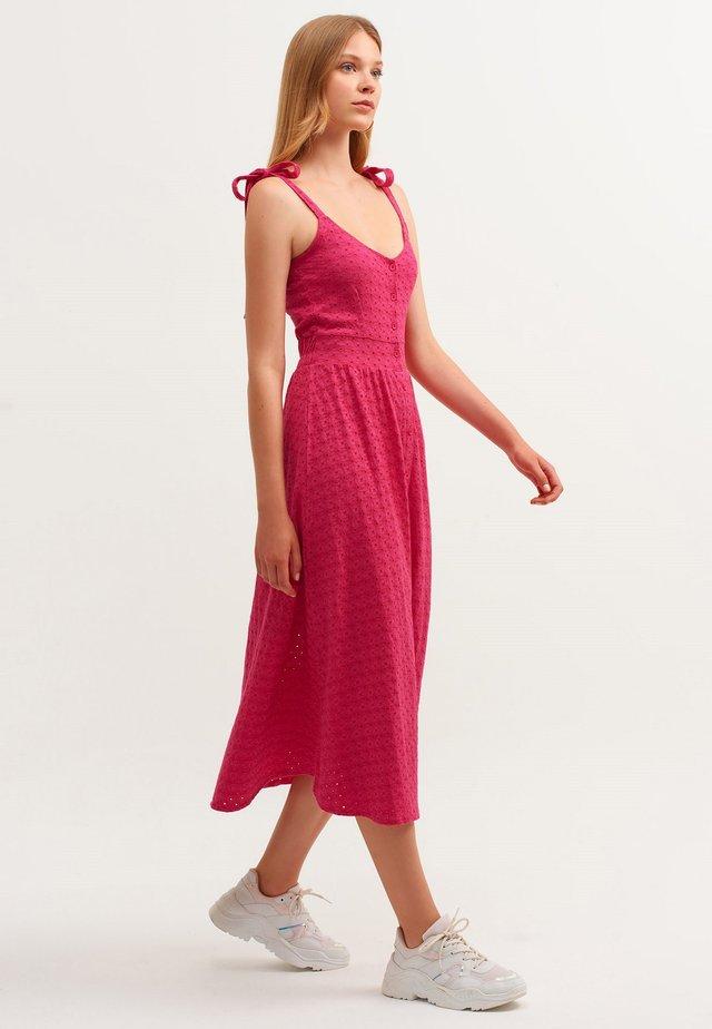 MIT MODISCHER LOCH MUSTERUNG - Day dress - rosa