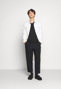 Calvin Klein - V-NECK CHEST LOGO - T-shirt - bas - black - 1