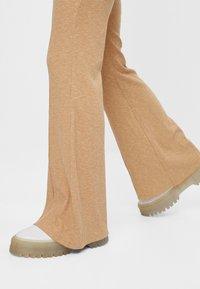 Bershka - MIT PATENTMUSTER - Spodnie materiałowe - beige - 4