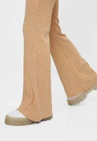 Bershka - MIT PATENTMUSTER - Kalhoty - beige - 4