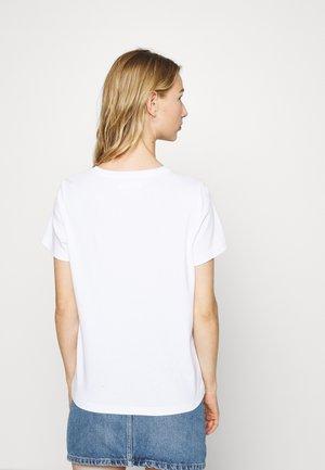 NMSAGA NATE  - Triko spotiskem - bright white