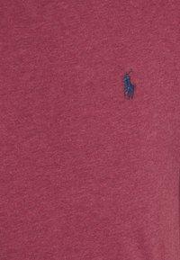 Polo Ralph Lauren - CUSTOM SLIM FIT CREWNECK - T-shirt basique - red/dark blue - 2