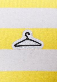 Holzweiler - HANGER STRIPED TEE - Triko spotiskem - yellow/white - 5