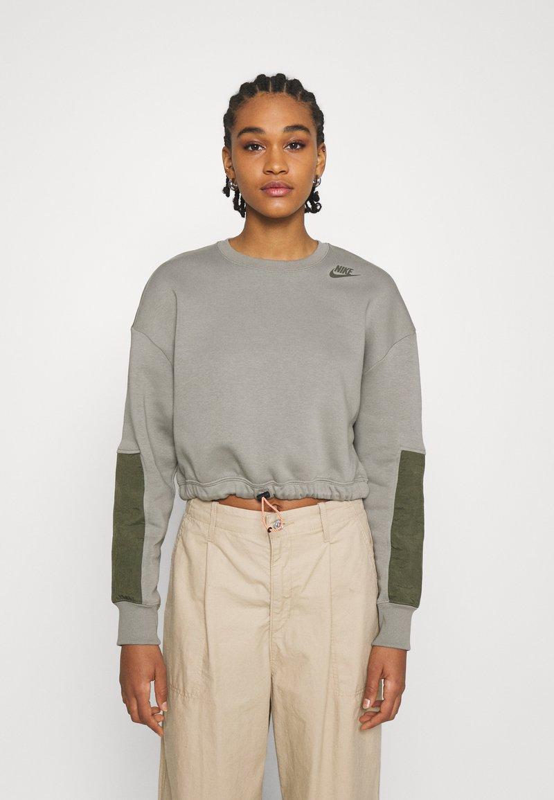 Nike Sportswear - CREW - Sweatshirt - light army/cargo khaki