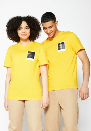 POLAROID UNISEX  - T-shirt med print - gypsum