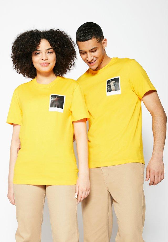 POLAROID UNISEX  - Print T-shirt - gypsum