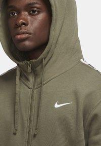 Nike Sportswear - REPEAT HOODIE - Zip-up hoodie - medium olive/white - 3