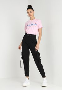 Missguided - SEAT BELT CARGO TROUSER - Reisitaskuhousut - black - 1