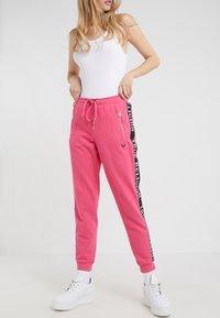 True Religion - PANT TAPE BLACK - Pantalon de survêtement - pink - 0