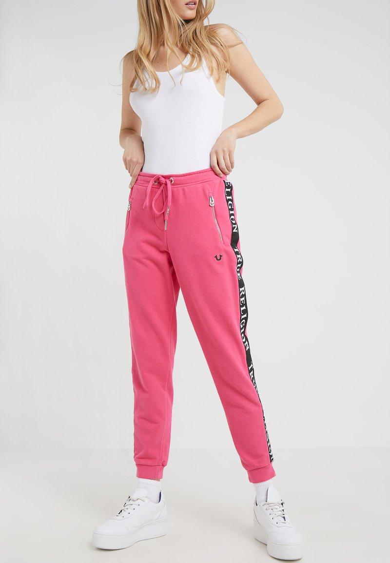 True Religion - PANT TAPE BLACK - Pantalon de survêtement - pink
