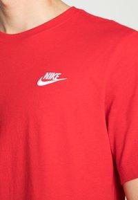 Nike Sportswear - CLUB TEE - T-paita - university red/white - 4