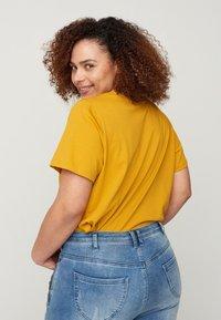 Zizzi - MIT A-LINIE - Print T-shirt - yellow - 2