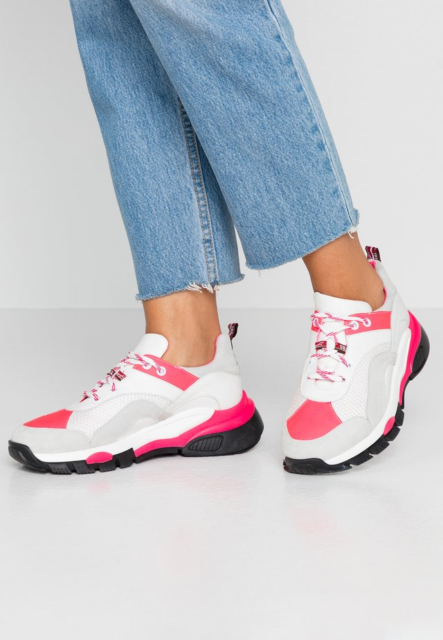 MAGNOLIA - Sneakers laag - fuxia fluo