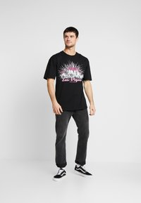 Revival Tee - LAS VEGAS TEE - T-shirt z nadrukiem - black - 1
