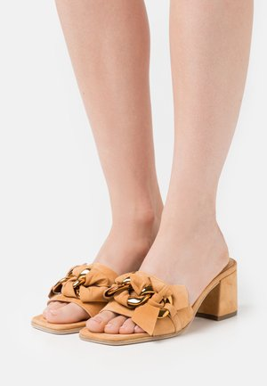 POLLY - Heeled mules - caramel/gold