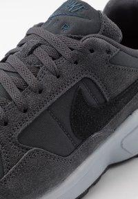 Nike Sportswear - AIR PEGASUS '92 LITE SE - Matalavartiset tennarit - anthracite/black/wolf grey/university red - 5