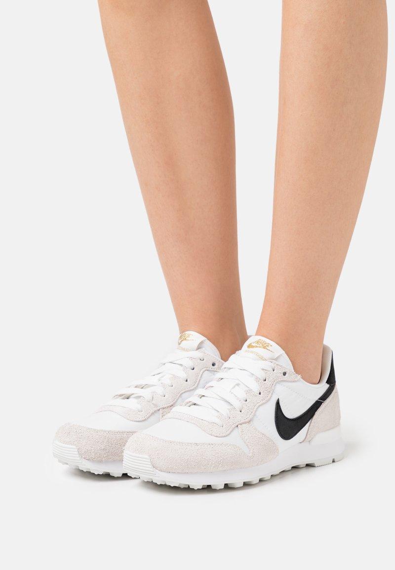 Nike Sportswear - INTERNATIONALIST - Trainers - summit white/black/metallic gold/white