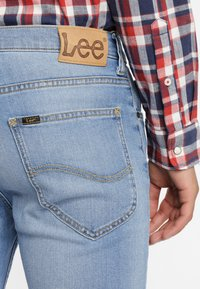 Lee - RIDER CROPPED - Jeansy Slim Fit - mottled light blue - 4
