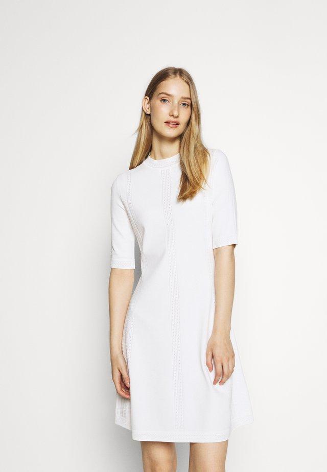 SHATHA - Pletené šaty - natural
