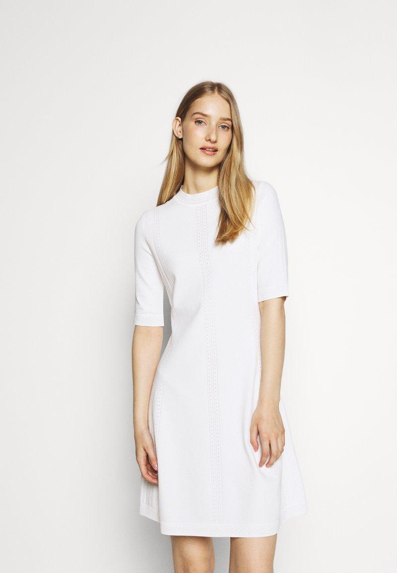 HUGO - SHATHA - Pletené šaty - natural