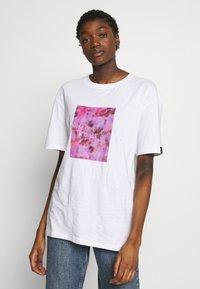 Common Kollectiv - UNISEX LOGO PRINTED BLOCK TEE - Print T-shirt - white - 2