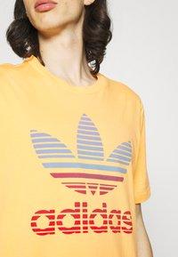 adidas Originals - TREF OMBRE UNISEX - Print T-shirt - hazy orange - 5