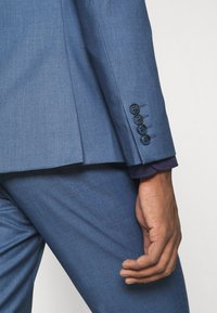 Isaac Dewhirst - THE FASHION SUIT NOTCH - Puku - blue - 12