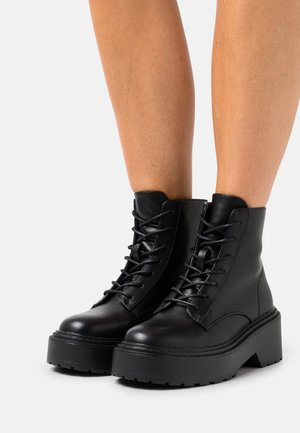 ONLBOSSI LACE UP BOOT - Enkellaarsjes met plateauzool - black