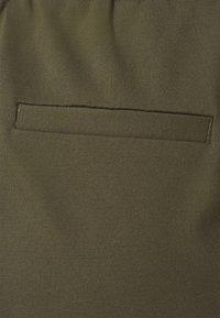 Vero Moda Curve - VMEVA RUFFLE - Shorts - ivy green - 2