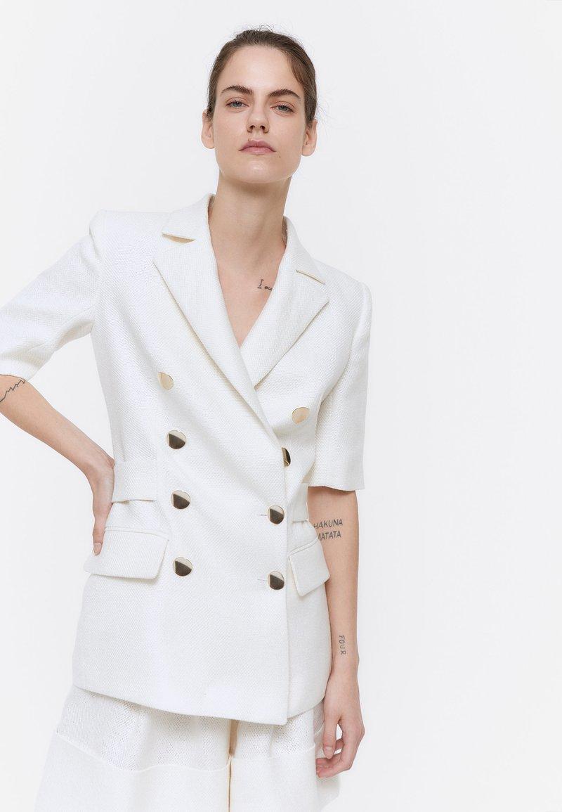 Uterqüe - MIT GOLDFARBENEN KNÖPFEN - Short coat - white