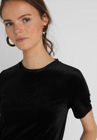 KIOMI - Print T-shirt - black/black - 4
