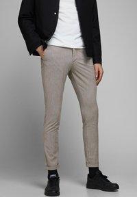 Jack & Jones - CHINO MARCO CONNOR AKM 1008 - Pantalones chinos - crockery - 0