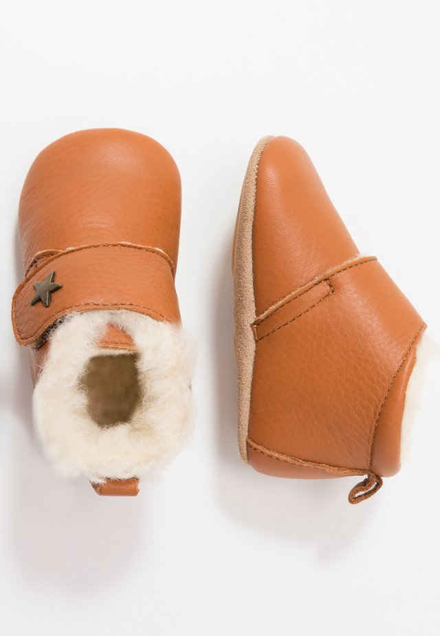 WARM BABY STAR HOME SHOE - Ensiaskelkengät - cognac